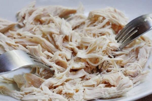 Thịt gà nguội bạn nên bắt đầu xé sợi nhỏ