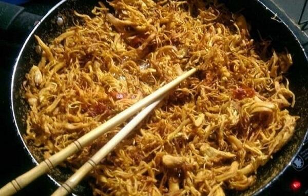Khi chảo đã nóng già thì cho hết phần thịt gà từ trong xoong vào