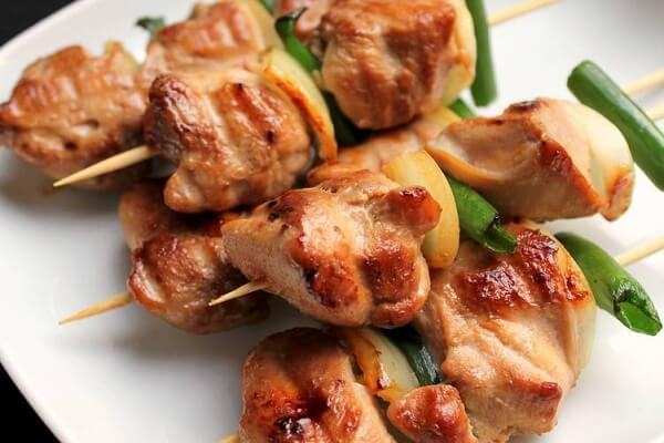 Yakitori (焼き鳥,やきとり,ヤキトリ) nghĩa là thịt gà nướng