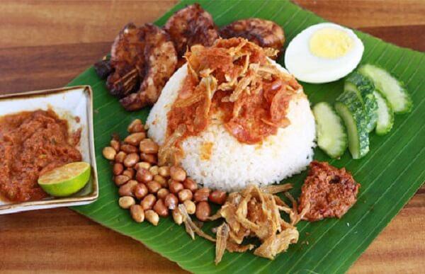 Gạo là lương thực chính trong bữa cơm người Việt