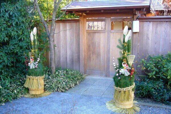 Trước khi Tết đến, người Nhật trang trí kadomatsu (cây thông) ở cạnh cửa