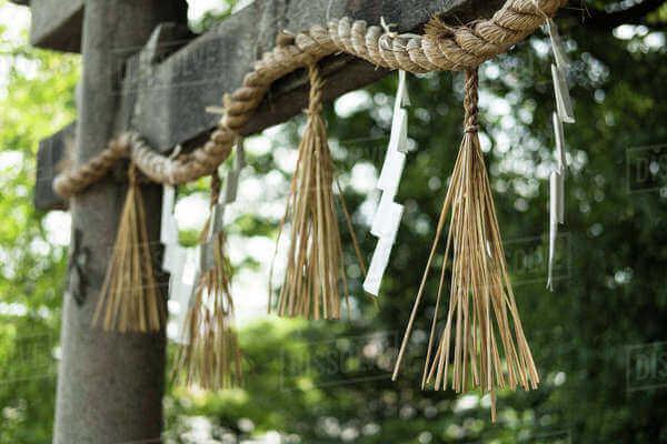 Một số gia đình treo shimenawa (rơm bện với những băng giấy ngũ sắc dán xung quanh)