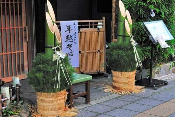 Người nhật thường đặt loại cây nào trước cửa khi Tết đến