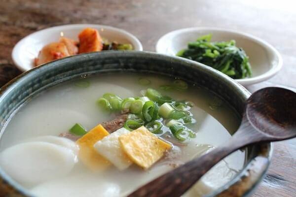 Người Hàn Quốc ăn canh Tteokguk với mong ước gặp nhiều may mắn trong năm mới