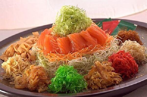 Món Yu Sheng – gỏi cá thịnh vượng.