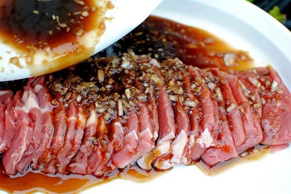 Ướp thịt bò với các loại nguyên liệu