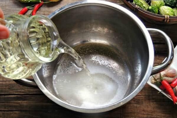 Pha hỗn hợp nước mắm để ngâm thịt