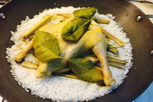 Cách làm gà hấp muối ướp với sả, rượu trắng công thức lạ miệng