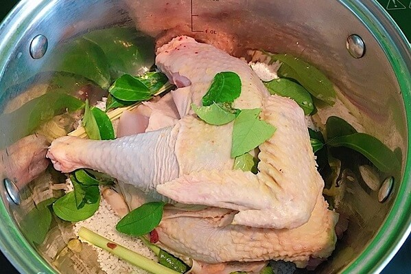 Ướp gà với gia vị trong khoảng 20 phút