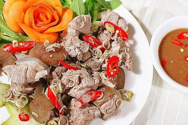 Bạn có thể ăn kèm món này với nước chấm tương hoặc nước mắm tỏi ớt đều ngon cả.
