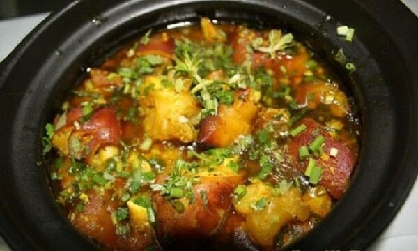 Khi thịt đã mềm thì xếp ra đĩa, rắc thêm rau thơm bên trên để trang trí cho đẹp mắt.