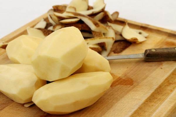 Khoai tây và khoai lang gọt sạch vỏ rồi thái thành các miếng