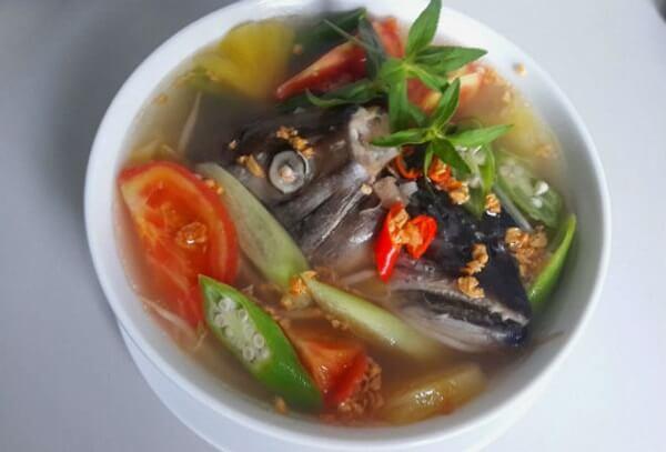Tô canh chua cá hồi ngon miệng, hấp dẫn.