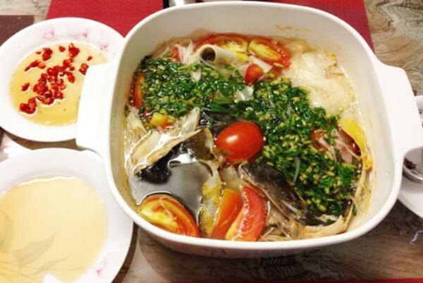 Canh chua cá hồi có hương vị thơm ngon lại giàu chất dinh dưỡng.