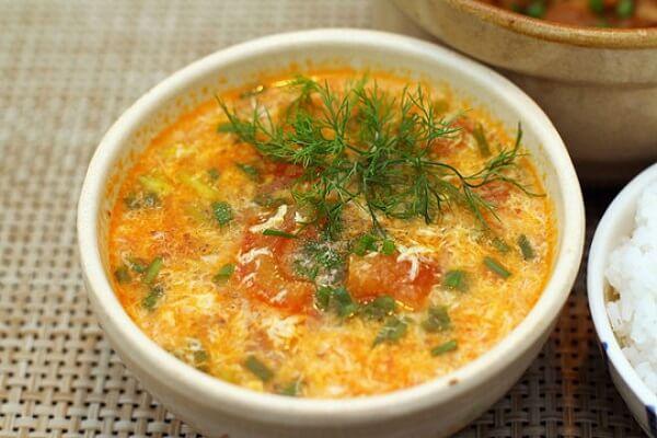 Bữa trưa ngon miệng hơn với tô canh cà chua trứng.