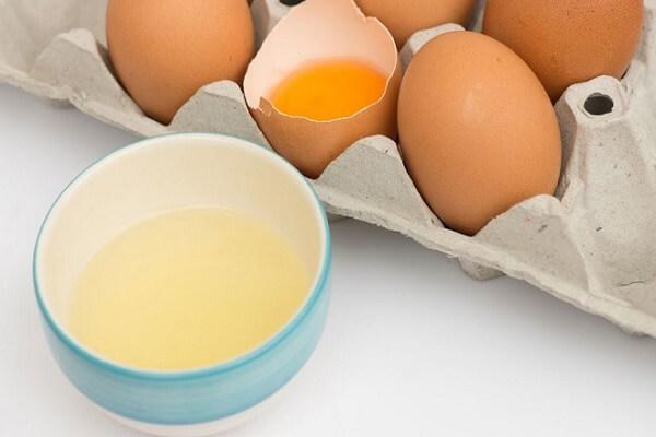 Lòng trắng trứng gà giúp giảm cholesterol, chống xơ vữa động mạch.