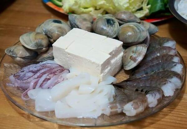 Khi nước lẩu sôi bạn cho nguyên liệu vào là có thể ăn được.