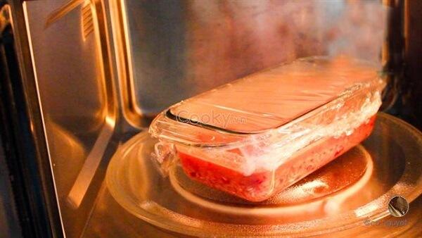 Bọc màng thực phẩm cho vào lò vi sóng