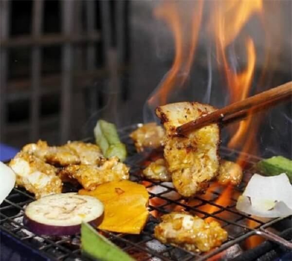 Bạn có thể nướng bằng bếp nướng hoặc bếp than hoa