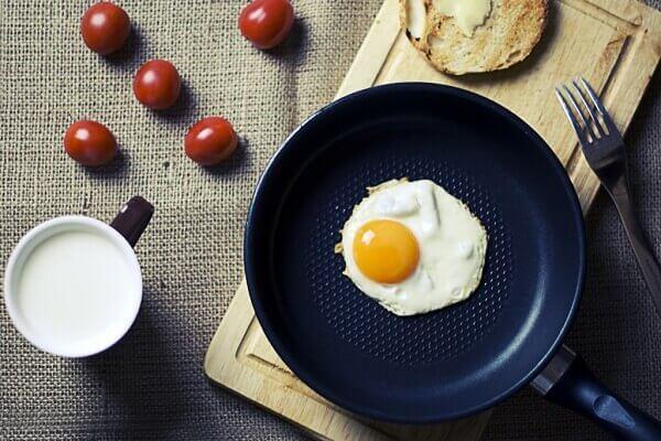 Cho trứng gà vào chảo