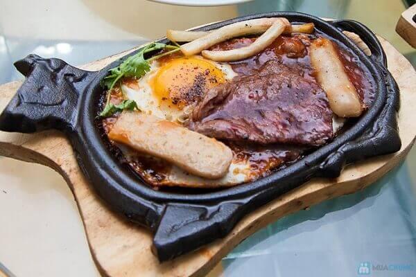 Cho thịt bò và trứng ra đĩa rồi tưới nước sốt lên.
