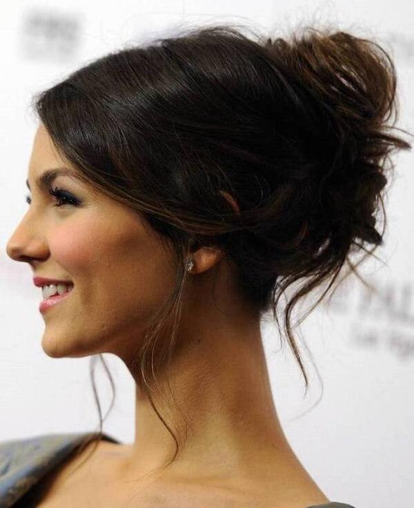 Updo là kiểu tóc ưu ái lớn cho những nàng có mái tóc dày và cứng