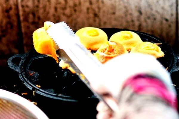 Thợ làm bánh tỉ mỉ từng chiếc nhỏ – món ăn ở Vũng Tàu này còn là đặc sản làm quà (Ảnh ST)