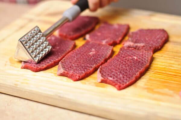 Bạn dùng dụng cụ đập dập cho thịt bò được mềm