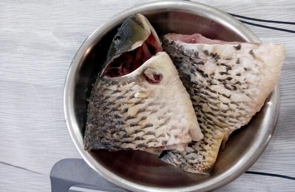 Cá chép sơ chế sạch, cắt khúc vừa ăn