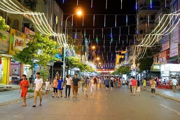 Đây là những con phố được lát gạch rộng rãi, trành ngập ánh sáng đèn điện