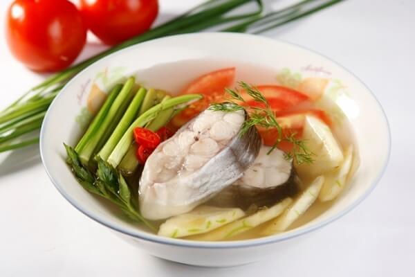 Canh cá nấu dứa thơm ngon với màu sắc hấp dẫn
