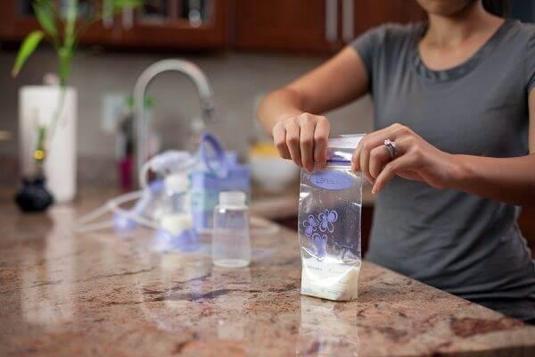 Sữa mẹ sau khi vắt có thể cho vào túi hoặc bình bảo quản - 3 cách bảo quản sữa mẹ trong tủ lạnh, tủ đông hoặc ở nhiệt độ thường sau khi vắt ra ngoài