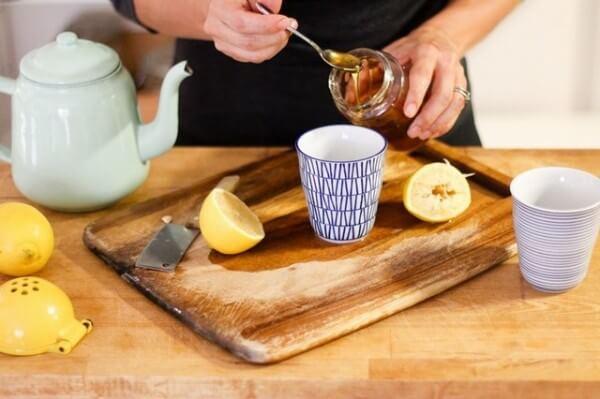 Pha nước chanh mật ong – uống mật ong buổi sáng