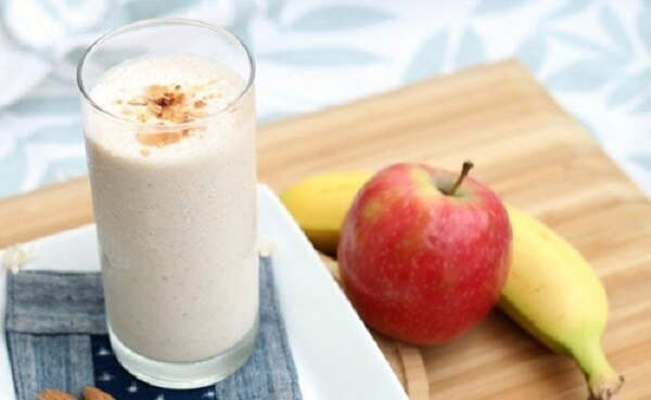1 quả chuối chín, 1/2 quả táo, 2 hộp sữa chua không đường sẽ giúp bạn có được món đồ uống giảm mỡ bụng thần kỳ.