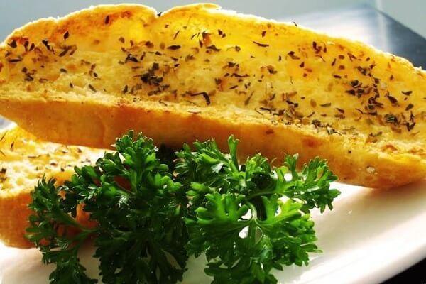 2 cách làm bánh mì bơ tỏi bằng chảo (Áp chảo) hoặc bằng lò vi sóng không cần lò nướng đơn giản tại nhà