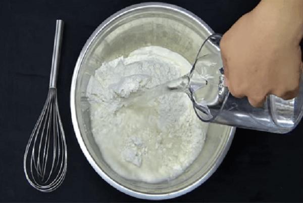 Pha bột mỳ với bột nở, muối và nước
