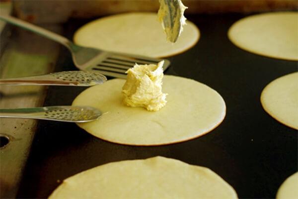 Cho nhân bánh và sầu riêng vào giữa vỏ bánh và gói lại
