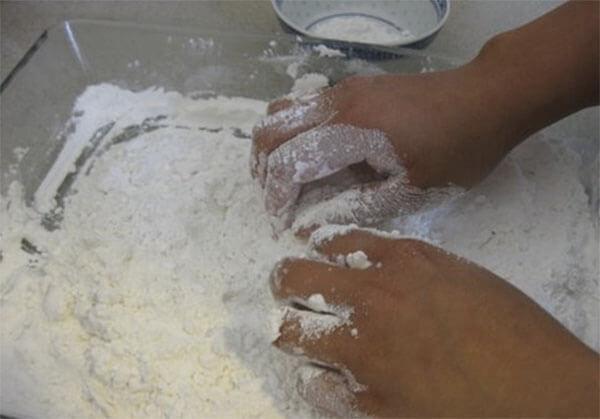 Trộn bột khô - cách làm bánh trôi bánh chay