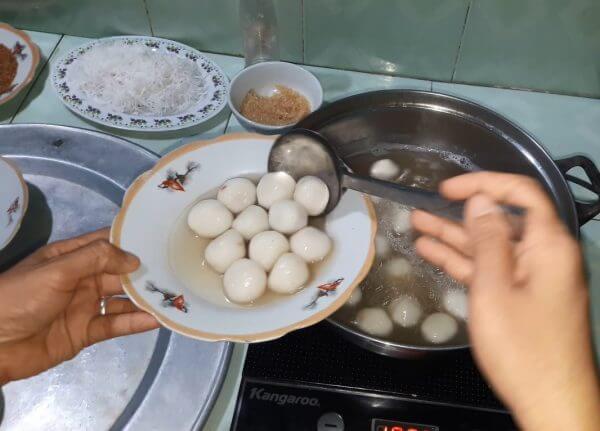 Vớt bánh trôi ra đĩa - cách làm bánh trôi nước
