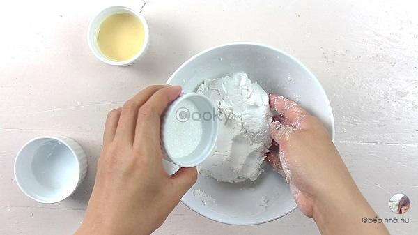Trộn bột làm vỏ trôi nước