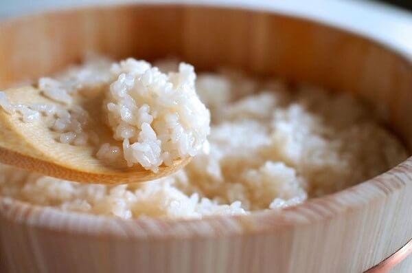Cơm vừa đủ chín chứ đừng cho nhiều quá cơm sẽ bị nhão