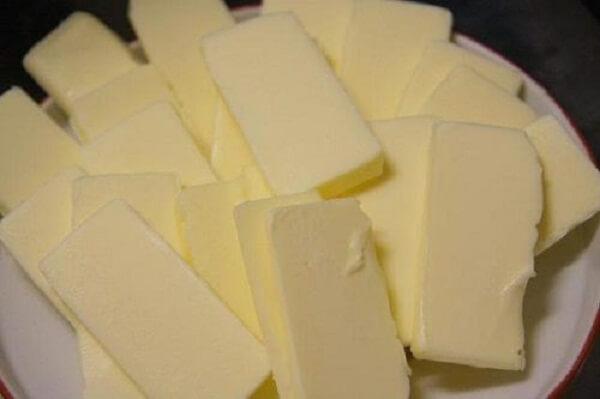 Bơ sau khi lấy ra khỏi tủ lạnh thì cắt thành từng miếng nhỏ