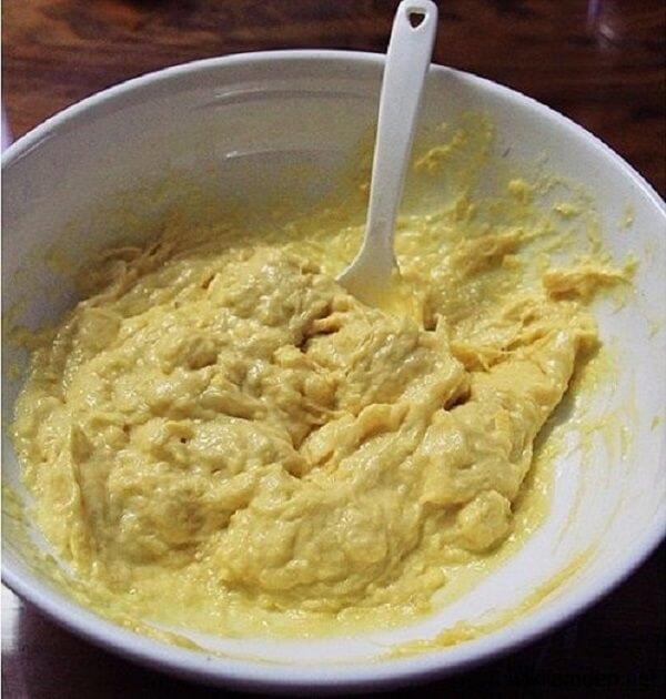 Thịt sầu riêng dùng thìa tán nhuyễn