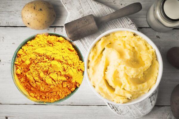 Làm mặt nạ khoai tây bột nghệ trị mụn