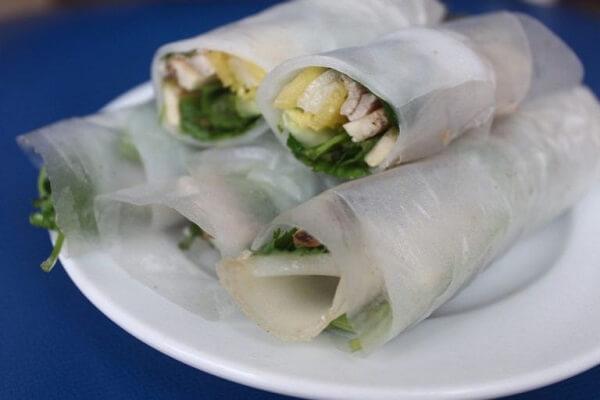 Bày thịt heo, bánh tráng, phở cuốn và các loại rau ăn kèm ra đĩa