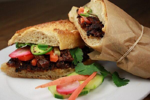 Có lẽ chỉ có Việt Nam mới có bánh mì kẹp thịt ngon đến vậy.