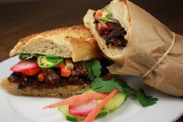 Các chuyên gia ẩm thực nước ngoài cũng dành những lời khen cho bánh mì Việt Nam
