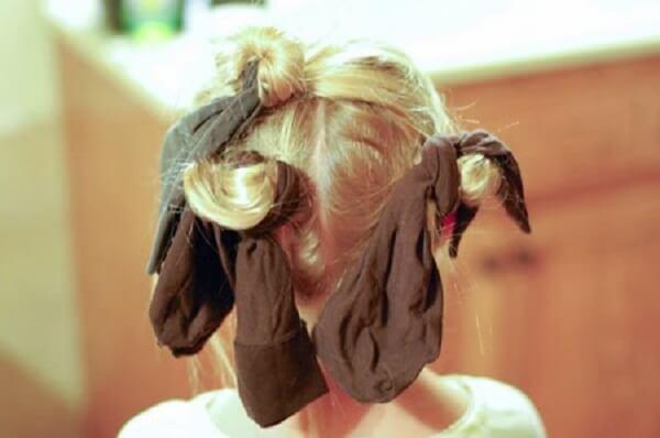 Cách làm tóc xoăn tự nhiên bằng tất.