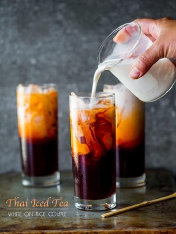 Đổ thêm một ít sữa lên bề mặt giúp ly trà nhìn hấp dẫn và béo ngậy