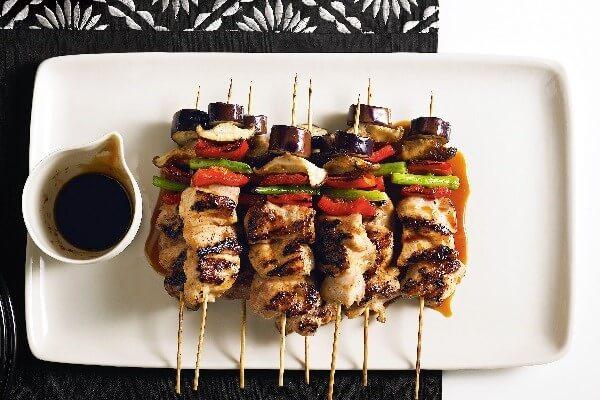 Yakitori là món xiên thịt gà nướng cùng xốt từ rượu mirin, rượu sake và một số nguyên liệu khác